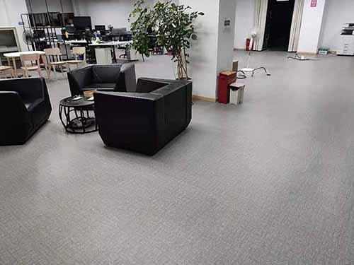 大足区某办公室灰色地毯纹片材地胶